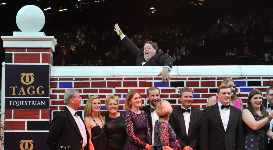 Philip Judge photobombing puissance night group photos